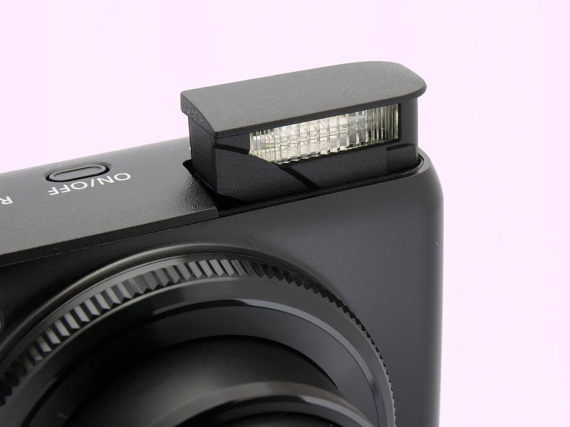 <b>内蔵ストロボはポップアップ方式で、撮影時の明るさに応じて自動昇降する。そして、電源を切ると自動収納される。ストロボボタン(十字キーの右側)で発光モードを切り換えた際にも自動昇降する</b>