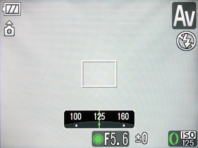 <b>コントローラーリングにISO感度を割り当てた状態。リングを回転させると、画面の中央下部にISO感度のスケールが表示される(操作中とその後の数秒)</b>