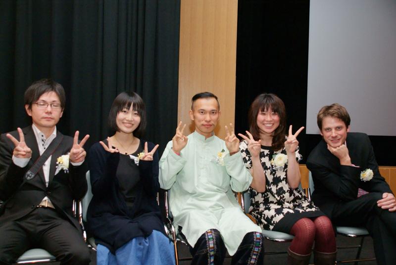 <b>優秀賞を受賞した5名。左から安森信氏、高橋ひとみ氏、杉山正直氏、クロダミサト氏、アダム・ホスマー氏</b>