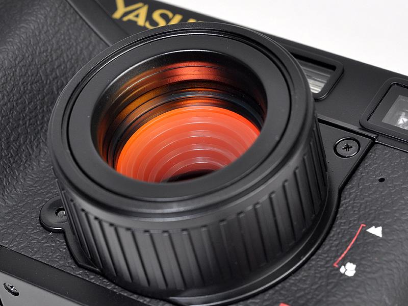<b>大きめの鏡胴は回転させることでマクロモードに切替えることができる。前玉はマゼンタ色のコートが施してある</b>