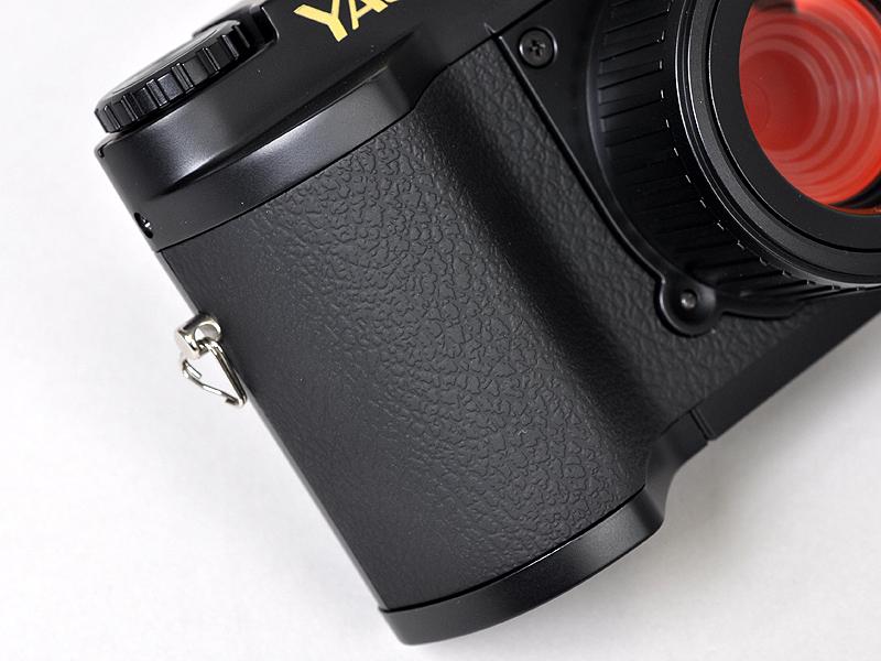 <b>コンパクトデジタルカメラとしては大きめのグリップもポイントだ。大変持ちやすい</b>