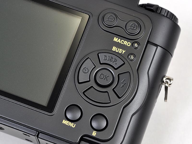 <b>背面のボタンはコンパクトデジタルカメラに良く見られるタイプだ</b>