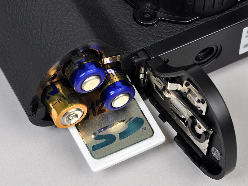 <b>バッテリーは単4電池×3本と珍しい構成。記録メディアはSDHC/SDメモリーカード</b>
