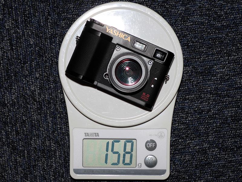 <b>バッテリーと記録メディアを含む重量。見た目より軽く感じる</b>