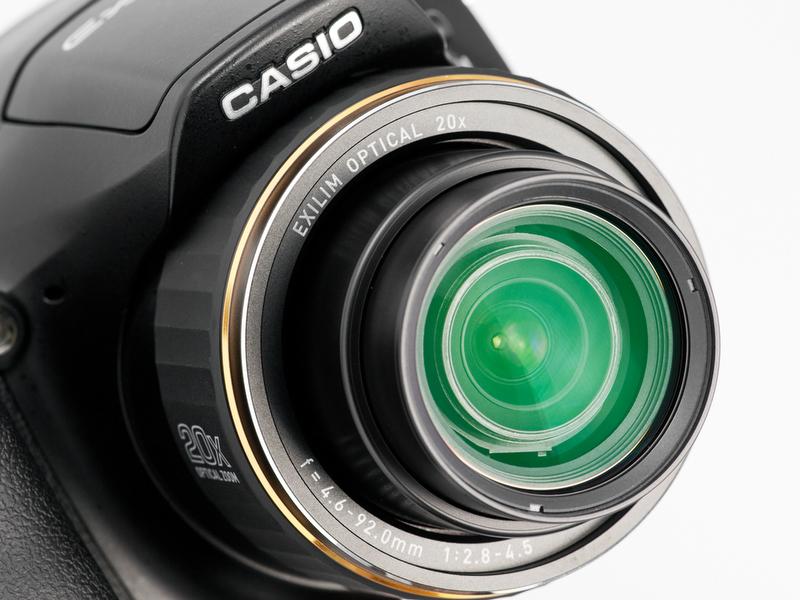<b>搭載レンズは26〜520mm相当の光学20倍ズーム。開放F値はF2.8〜4.5。前縁のゴールドのリングがEX-FH20との違い</b>