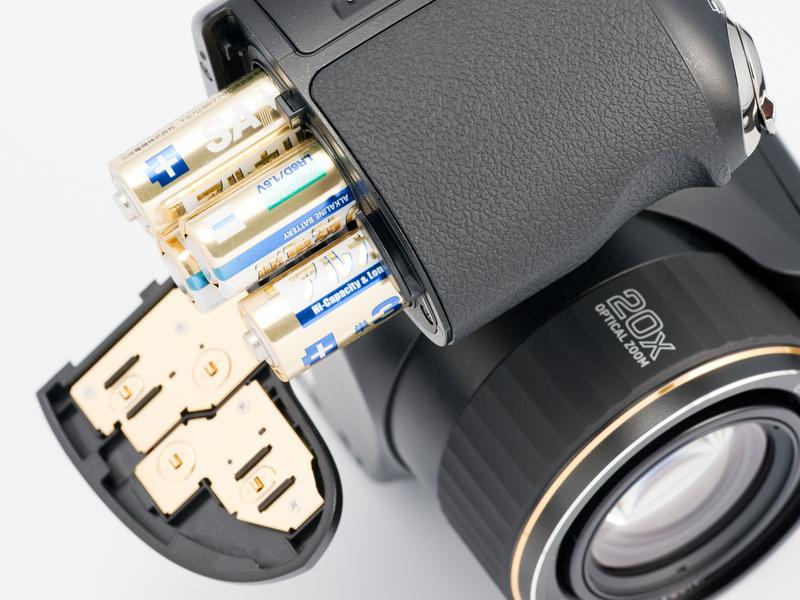 <b>電源は単3形電池×4本。カメラに付属しているアルカリ乾電池だと、CIPA基準で340コマ撮れる</b>
