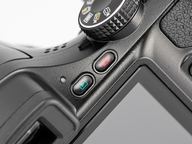<b>「撮影」、「再生」ボタンはモード切り替えのほか、電源のオンオフにも使用可。再生ボタンで起動時はレンズキャップを付けたままでもOKだ</b>