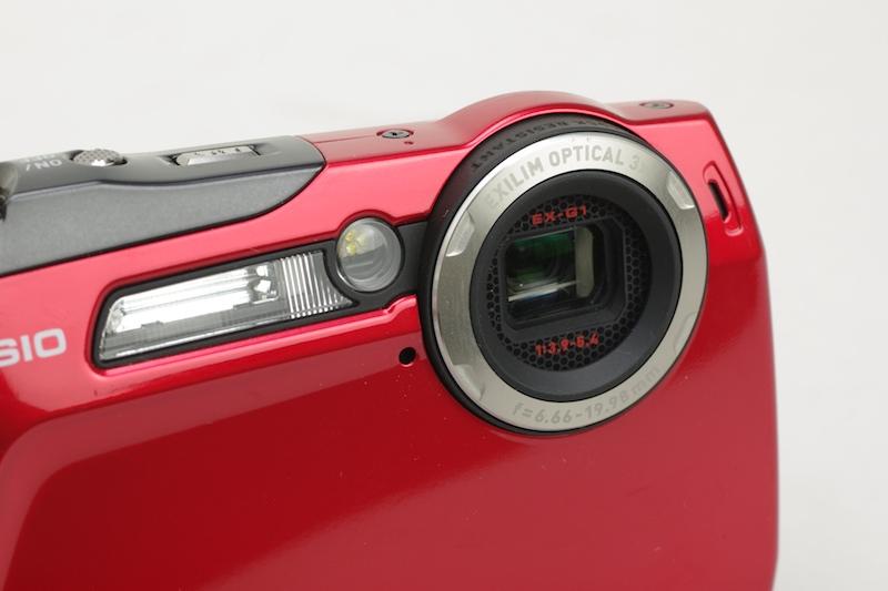 <b>レンズ周囲のハニカムパターンが特徴的</b>