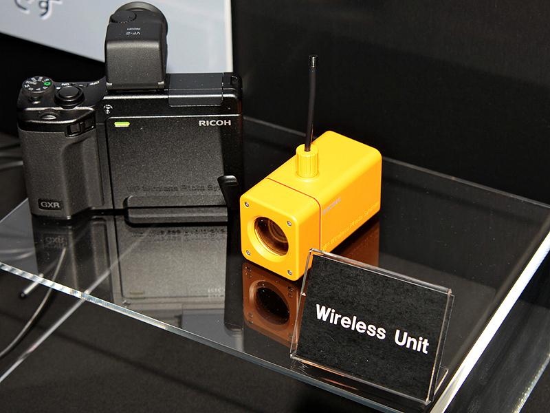 <b>発表会ではユニットをGXRから離して使用するユニット(左)やワイヤレスユニット(右)のモックアップを展示した</b>