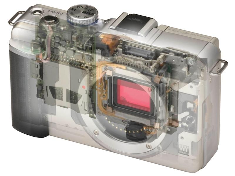 <b>透視イメージ。ポップアップストロボ用のバネが見える</b>