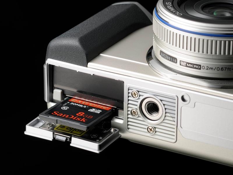 <b>SDHC/SDメモリーカードスロットを備える</b>
