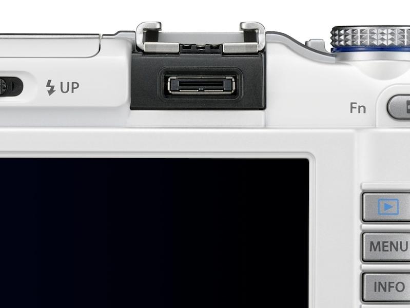 <b>ホットシュー後ろにアクセサリーポートを搭載。ここにVF-2やマイクアダプターを装着する</b>