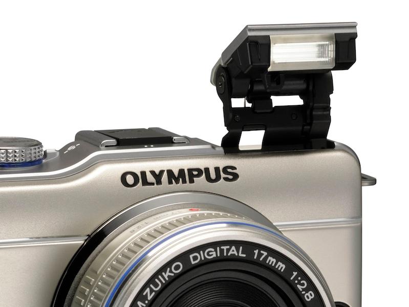 <b>ポップアップ式のストロボを内蔵。レンズはM.ZUIKO DIGITAL 17mm F2.8</b>