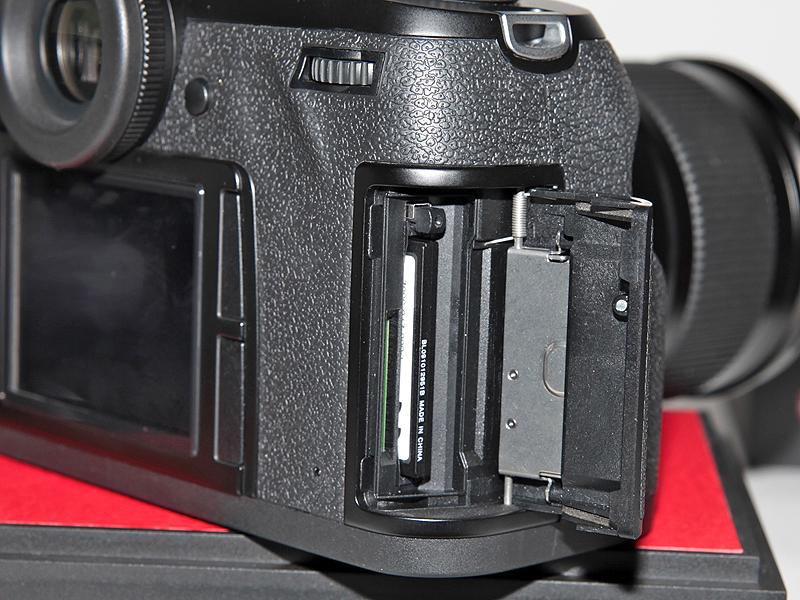<b>SDHC/SDメモリーカードとCFのデュアルスロットを採用</b>