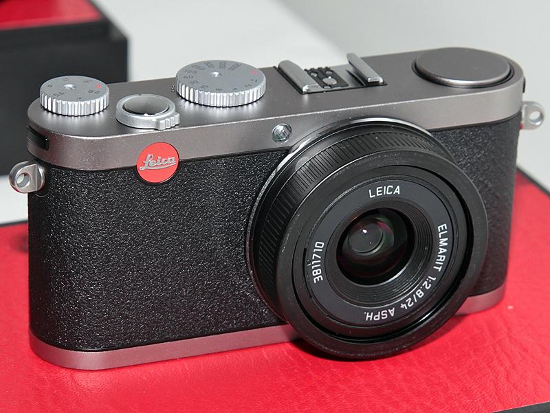 <b>コンパクトデジタルカメラ「X1」(左)やデジタルレンジファインダーカメラ「M9」(右)などを手に取ることができた</b>