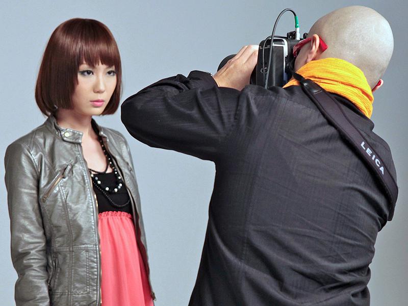 <b>モデル撮影コーナー。来場したプロカメラマンがS2での撮影を試していた</b>