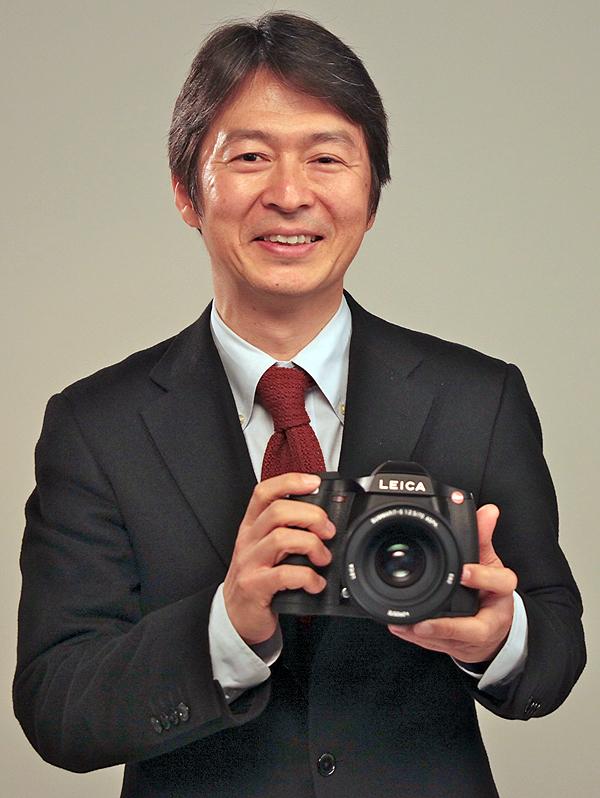 <b>S2を持つライカカメラジャパン代表取締役社長の福家一哲氏</b>