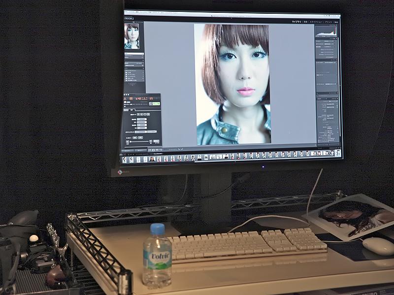 <b>モデル撮影コーナーでもLightroom2で画像の確認などを行なっていた。</b>