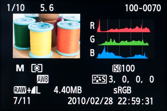 <b>各種撮影データが確認できる詳細情報表示画面。ヒストグラムは輝度(初期設定)またはRGBのどちらかを選択できる</b>