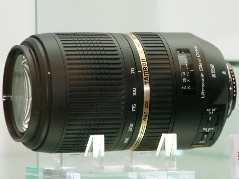 <b>ガラスケース内に展示された「SP 70-300mm F4-5.6 Di VC USD」</b>