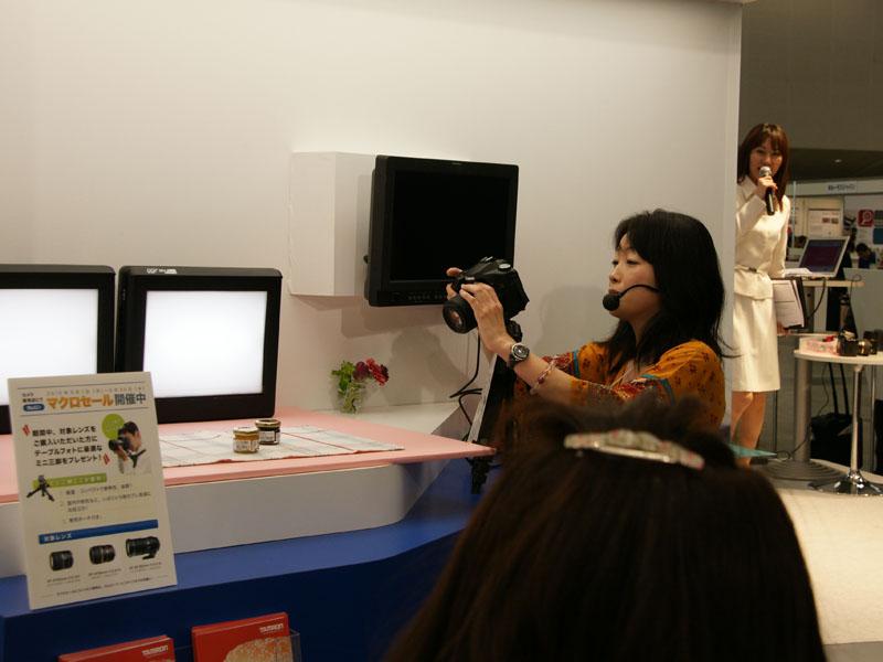 <b>川合麻紀氏のセミナー「おしゃれなマクロ撮影術」。使用レンズはSP AF 60mm F2 Di II Macro 1:1</b>