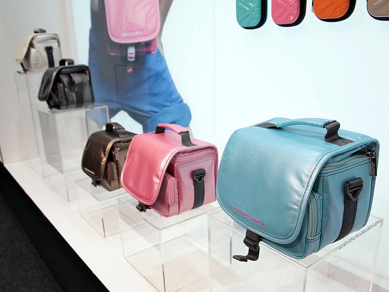 <b>こちらは「ビデオバッグ820」。これのみ外装がエナメルではなく、カラーも5色になっている</b>
