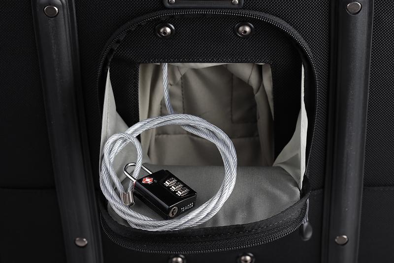 <b>背面に盗難防止のワイヤーロックを備える</b>