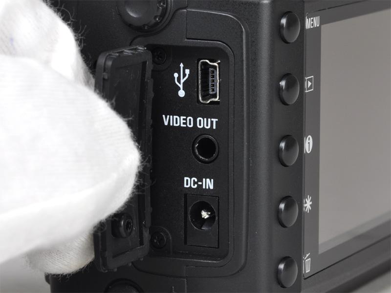 <b>カバー内にUSB端子、映像出力端子、DC-IN端子を備える</b>