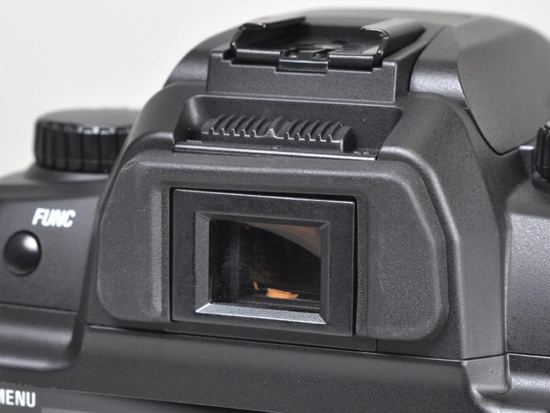 <b>ファインダー部。上部に視度調整用のスライダーを備える</b>