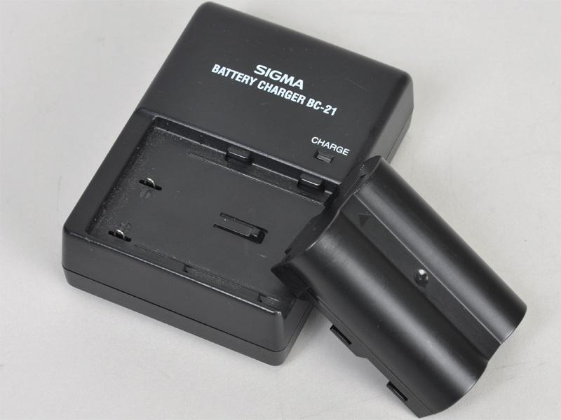 <b>バッテリー「BP-21」とチャージャーの「BC-21」。いずれもSD14と共通</b>