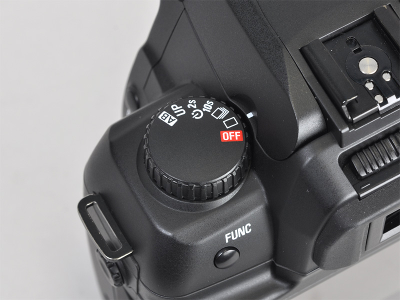 <b>撮影者から見て上面左のDダイヤル。ドライブモードの選択と電源スイッチを兼ねる</b>