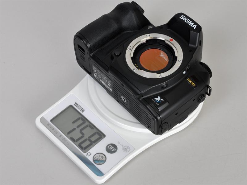 <b>バッテリーを含む本体重量は758g(実測値)</b>
