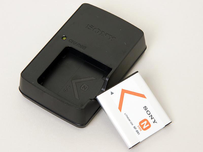 <b>付属のバッテリーと充電器。CIPA準拠の撮影可能枚数は約250枚となっている</b>