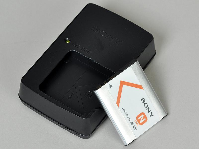 <b>付属の充電器とバッテリー。CIPA準拠の撮影可能枚数は約220枚</b>