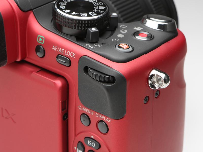 <b>DMC-G1ではカメラ前面のグリップにあったダイヤルは背面部へ移動した。回転のほか押し込む操作もあるが、こちらの位置のほうが使い勝手はよい</b>