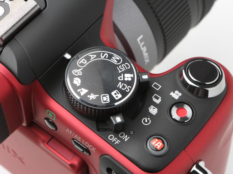 <b>カメラ上部、撮影モードダイヤル脇には動画撮影ON/OFFボタンとiAボタンが新たに備わった。動画撮影ボタンはシャッターボタンと押し間違えそうに思えるが、実際そのようなことはない</b>