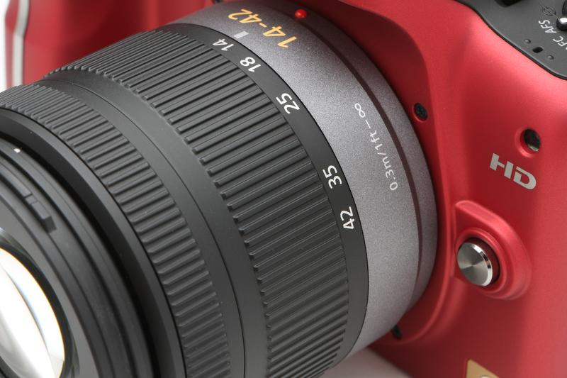 <b>光学式手ブレ補正機能を内蔵するが、ON/OFFスイッチなどは省略されている。ON/OFFやモードの選択はカメラ側で行なう</b>
