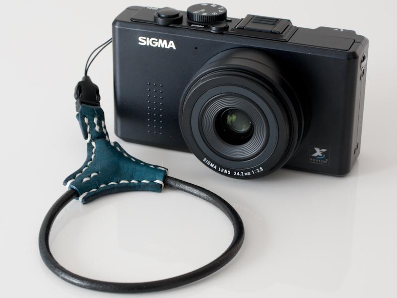 <b>カメラに装着すると、ループ部分がカメラに寄り添う人工衛星のように感じられる</b>