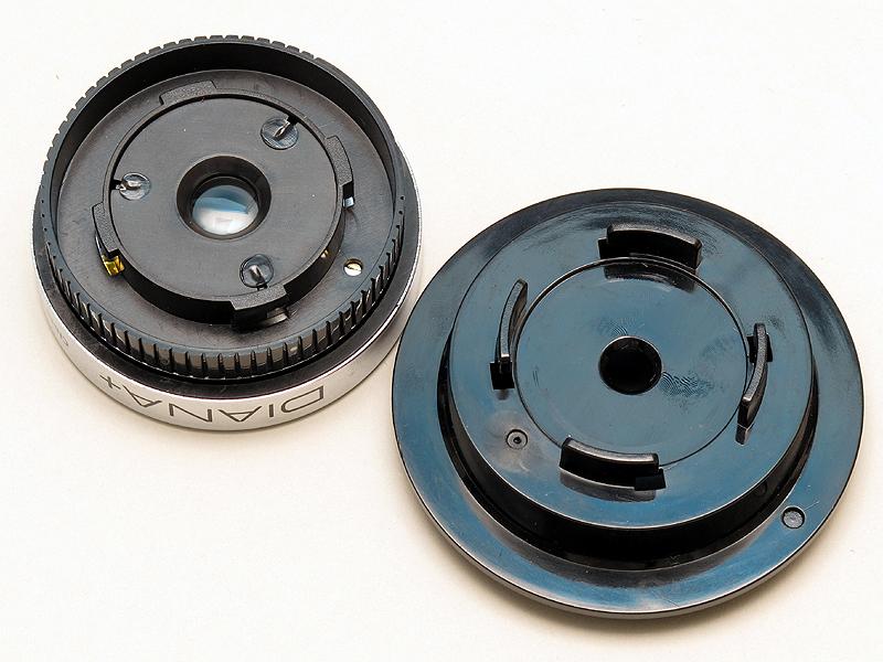 <b>同レンズ側(右)、左はレンズ側マウント。4つの爪でレンズを固定する</b>