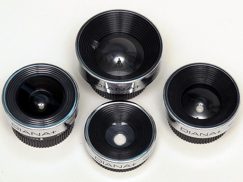 <b>大きさ比較。Diana Lens+ 20mm Fisheye(左)、Diana Lens+ 38mm SuperWide(右)、Diana Lens+ 55mm Wideangle&amp;Closeup(下、クローズアップレンズ装着)、Diana Lens+ 110mm Soft Telephoto(上)</b>
