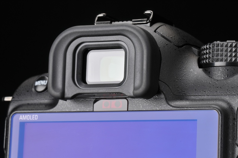 <b>操作ボタンのレイアウトなどはオーソドックスで、操作するに当たって戸惑うことはほとんどなかった。EVF下部には赤外線の接眼センサーがあり、EVFに目を近づけると有機ELモニターがオフになって、自動的にEVFに表示が切り替わる仕組みだ</b>