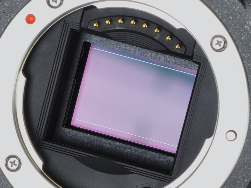 <b>APS-Cサイズ相当の有効1,460万画素CMOSセンサーを搭載。レンズマウントはもちろん新規格だ</b>