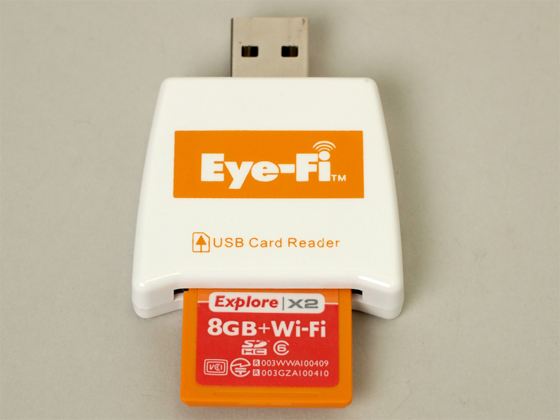 <b>Eye-FiカードとUSBカードリーダー。この状態でパッケージに入っている</b>