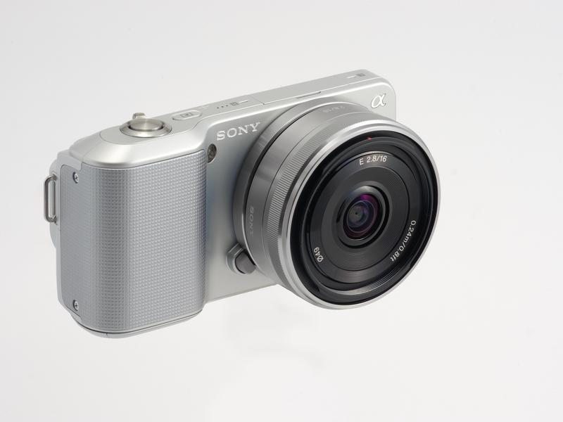 <b>パンケーキタイプのE 16mm F2.8を装着したNEX-3。パナソニックのLUMIX DMC-GF1+LUMIX G 20mm F1.7 ASPH.の組み合わせより78g軽い</b>