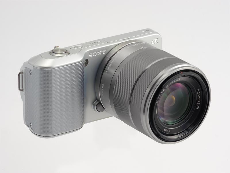 <b>こちらは標準ズームのE 18-55mm F3.5-5.6 OSSを装着した状態。これで491g(いずれも電池とメディア込みの重さ)</b>