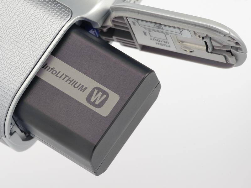 <b>バッテリーは容量1,080mAhのリチウムイオン電池。CIPA基準で約330コマの撮影が可能となっている。</b>