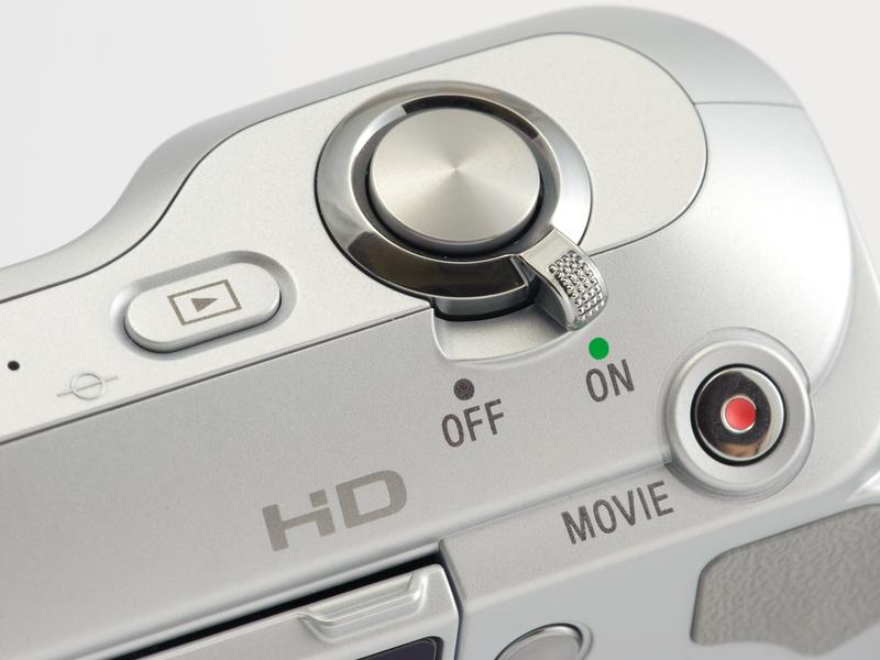 <b>ゴミ取り機能は電源オフ時に作動する。オン時にも作動するようにして欲しいところ。右側に動画専用ボタンを備えている</b>
