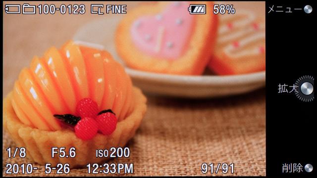 <b>こちらは「3:2」比率で撮った静止画の再生画面。もちろん、情報表示はオフにもできる。ソフトキーは「拡大」と「削除」になる</b>