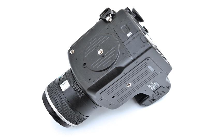 <b>側面に三脚穴を装備。縦位置での撮影で安定度が高い</b>