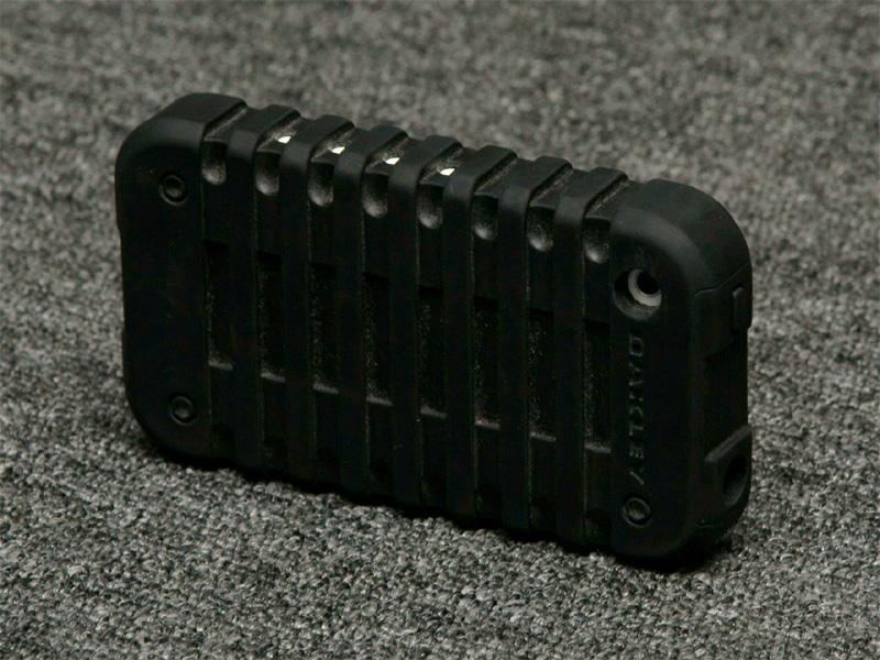 <b>液晶ディスプレイを割ってしまって以来、装着しているというオークリーのiPhoneケース。自立するためムービー撮影にも適する</b>